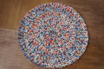ぐるぐる巻いて、ミシンで縫い付けるだけ。適度な厚みとクッション性があり、様々な色が見え隠れして楽しいですね。