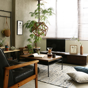 """観葉植物を上手にコーディネートするパターンは様々ですが、その中で最も簡単な方法は、室内の一隅に観葉植物を集中させて置くことです。  たとえ少ない鉢でも、""""緑""""を多く感じる事ができ、メンテナンスも容易です。"""