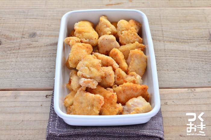 鶏むね肉で作る「ヘルシーなから揚げ」。 さらに揚げ焼きなのであっさりめです。  これならカロリーが気になる大人でもパクパク食べることができますね♪ お弁当のことを考え、小さめに切ると火も通りやすくなり時短になります。  アオサをまぶしたり、味付けをコンソメやカレー粉で洋風にしたりすればバリエーションも増やせます。