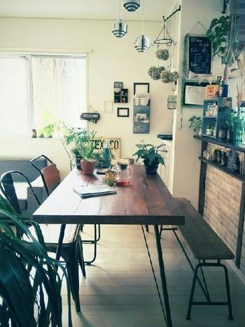 """大きなダイニングテーブルは、中央が空いてしまうもの。  ダイニングテーブルは家族が集う場所。""""緑""""を並べれば心穏やかに食事や会話が楽しめます。  葉が広がらない種類の観葉植物なら、テーブルのセンターに置いても邪魔になりません。"""