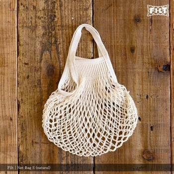 このシンプルなネットバッグは、海外のおしゃれさん達の間でも有名なフランスのFILT社によるものです。軽くてコンパクトに畳めるため、海外ではマルシェなどに持っていき、野菜を入れて持ち歩く光景が多く見られるそうですよ。