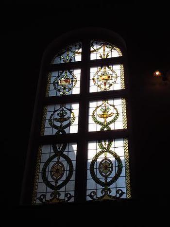 大階段のステンドグラス。写真撮影は、うっとりするような素敵な写真が残せそう♡