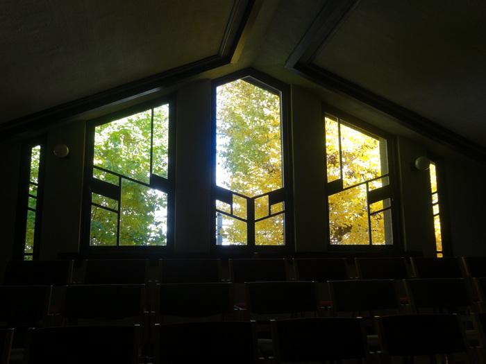 大きな窓から差し込む陽の光りが、二人を暖かく祝福してくれます。