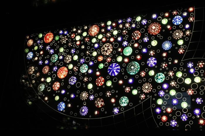 東京スカイツリーのエレベーター内の江戸切子です。隅田川の花火をイメージしたそうで、とても幻想的ですね。