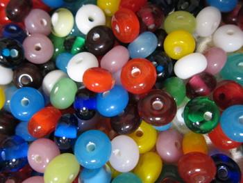中心に穴の開いた手作りのガラス玉(ビーズ)のこと。「とんぼ玉」とよばれるようになった由縁については、「模様がとんぼの眼のように見えるから」などの説があります。