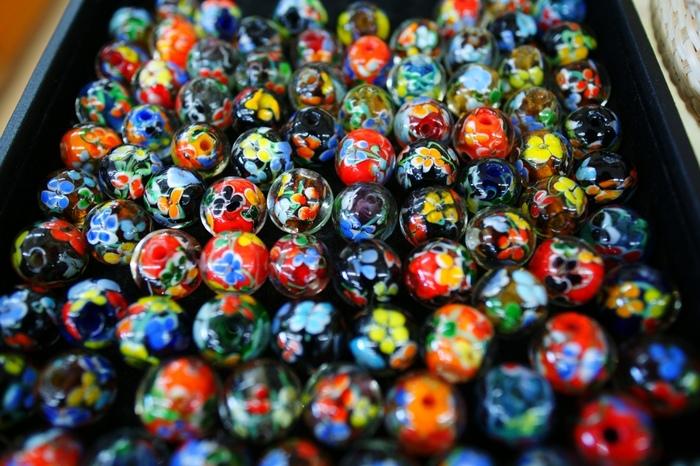 ひと粒のとんぼ玉が作られるのには、いくつもの工程があります。複雑な模様になるとその工程も増え、熟練した技が必要になります。