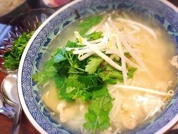 鶏ガラを煮込んでとったダシで、優しい味わいのスープのブン。食べる方の好みに合わせて、ヌクマムや砂糖、酢、ラー油で味付けしましょう。野菜もたっぷりで胃に優しいから、風邪で身体が弱った時にもおすすめです。