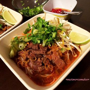 ボーは牛肉、フエは町の名前。ブンボーフエはベトナム中部フエでよく食される名物料理です。あっさりピリ辛のスープに、レモングラスのさわやかな香りが引き立ちます。パクチーのほかミントなど、お好みのハーブを入れてもおいしいですよ。