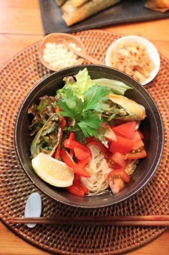 ブンチャーとは、豚肉や肉団子を炭火焼きにしたものとたっぷりのハーブをトッピングして、甘酸っぱいタレにつけて食べるハノイの麺料理ですが、それを野菜のみであっさりアレンジ。ベトナム風揚げ春巻きもトッピングすれば、食べごたえアップ。爽やかな美味しさがクセになります。