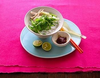 鶏肉をつかったあっさり味の基本のフォー。日本人の舌になじみやすいスッキリしたスープはやや薄味に仕上げるのがポイント。お好みで唐辛子やナンプラーなどの調味料で自分好みの味にアレンジするのがベトナム流。ぜひ、おためしください。