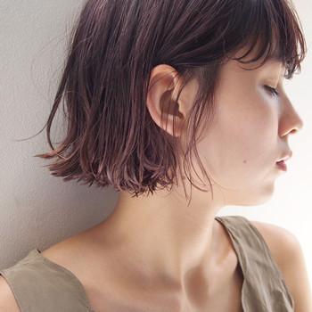 ピンク系アッシュをエアリーなボブに。赤みを押さえたピンクのヘアーは、外国の女の子のようですね。