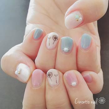 パステルなピンクも、短い爪ならセクシーな感じにならず、優しい雰囲気に。たんぽぽの綿毛のシールも、春らしくて真似してみたいですね。
