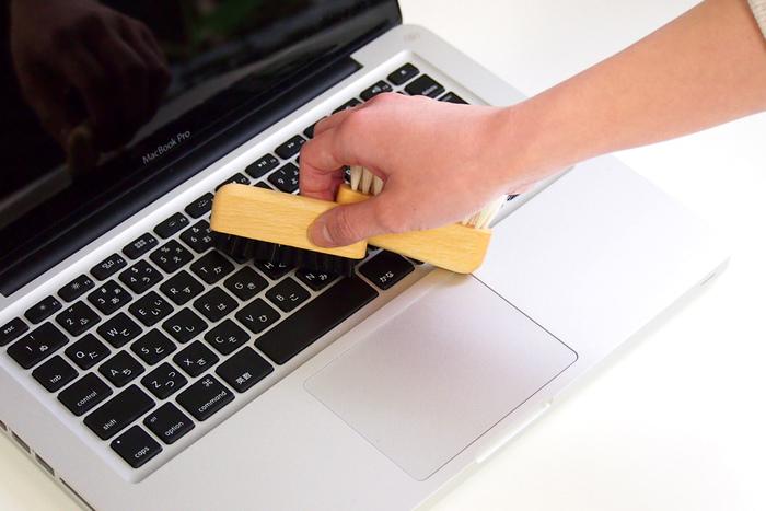 程良くコシのある豚毛ブラシ(黒)でキーボードのホコリを取り、柔らかな山羊毛ブラシ(白)でモニター画面のホコリや汚れを取り除くことができます。  丸みのある可愛らしいフォルムは、デスクに置きっぱなしでも絵になります。