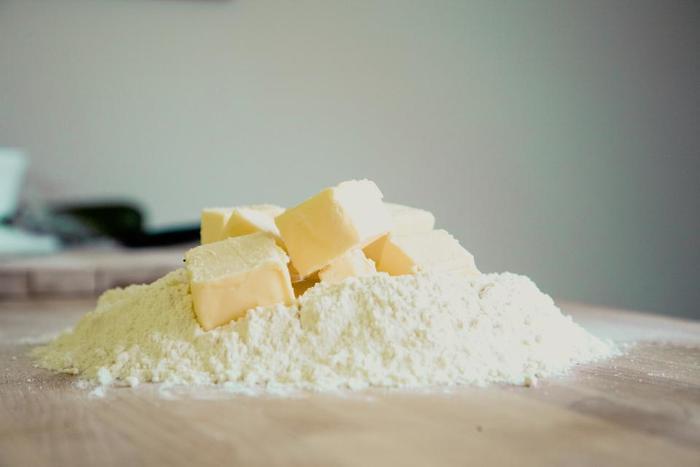 小麦粉と全粒粉の違いは、お米でいうと白米と玄米の違いに似ています。小麦の表皮や胚芽まで丸ごとすりつぶした全粒粉は、独特の香ばしい風味と食感も特徴的です。今回はパン・スイーツ・パスタなど、話題の「全粒粉」を使った様々なレシピをご紹介します。さっそく美味しいパンのレシピから見ていきましょう♪