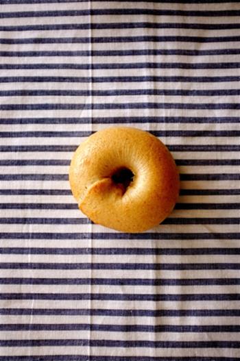 むちむち食感のベーグルは、全粒粉独特の風味もクセになる美味しさ。好きな具材をはさんで、ベーグルサンドにするのもおすすめですよ♪