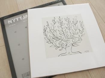 黒のフチのフレームにアンリ・マティスのポスターを入れて…。ポスターは一枚299円だそう。IKEAなら手軽にアートが楽しめますね。