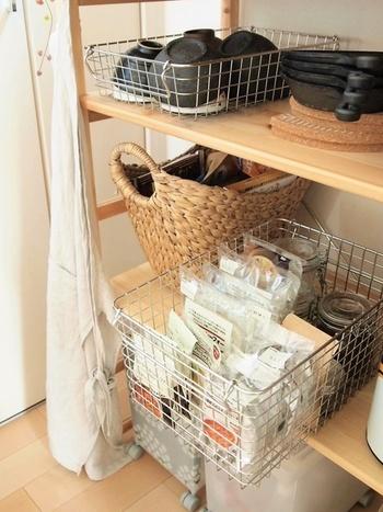 同じく無印良品のステンレスワイヤーバスケットを使って、綺麗に収納。見た目にも統一感があって、キッチンがスッキリとした印象になります。