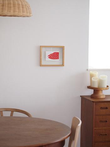 テーブルのわきにちょこんと飾られたフレーム。赤いお魚が小さいながらも存在感バツグンです。