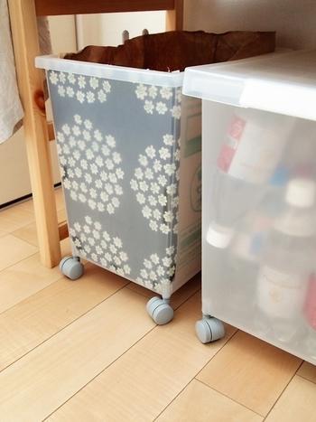 棚の下にはキャスター付きの収納BOXを。好きなファブリックで目隠しをしたらとってもキュート。半透明の容器から、さりげなく見えるのが良いですね。