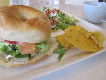 数種類のベーグルプレートも人気♪こちらは「サーモン& アボカドベーグルプレート」。ベーグルがもちもちしていて、お腹も十分満たされます♪
