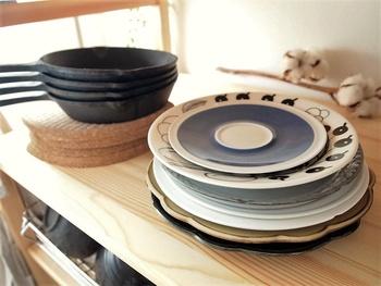 食器はあえてそのまま並べるのが◎いつも決まったお皿ばかり使ってしまう・・・と言う人も一目でどんなお皿があるのか把握できるので、しまいっぱなしだったお気に入りのお皿も手に取りやすくなります。
