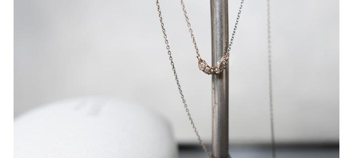 指のサイズがわからなくても、ネックレスなら贈り物にもしやすそう。  この華奢なのにどこか無骨で、普遍性のあるデザインがたまりません。
