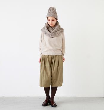 こちらは、ベージュにグレーが混じったグレージュのニット帽。ケーブル編みが優しい雰囲気です。