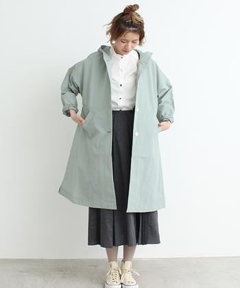 スモーキーなグリーン系カラーのコート。少しくすみがかった色合いは、モノトーンコーディネートに柔らかな春の訪れを感じさせてくれますね。