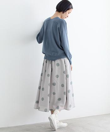 ビュルデサボンで人気のドットプリント柄のスカート。ロング丈だからら大人っぽく着こなすことができますね。