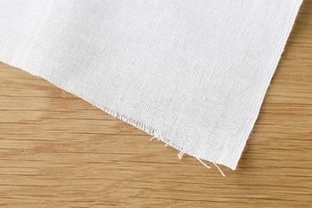天然素材の布って? と思った方もいらっしゃるかもしれませんが、身近なものでは男性用の肌着などは綿製のものが多いので、家にあればそれを再利用するのもありです。 他にはメガネ拭きなども利用できますが、化学繊維製のものも多いので気をつけてください。