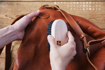 こちらも基本的なお手入れのひとつ。 革には無数の毛穴があり、そこに塵や埃・汚れなどをため込めないようにすることが、革製品を綺麗に保つための第一歩です。 毛穴に詰まった塵や埃が水分を溜め込んで、カビやシミの原因を作るので、日々のブラッシングや乾拭きはとっても大切なんです。 ヌメ革や牛革には馬毛のブラシなどが最適です。