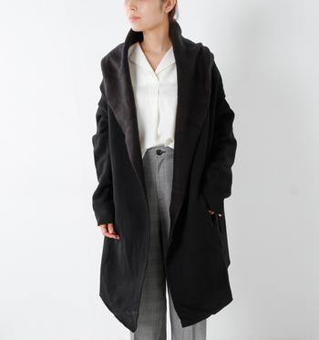 白シャツとグレンチェックのスラックスのきれいめコーデにビッグシルエットのアウターを羽織ったトレンド感のあるスタイル。