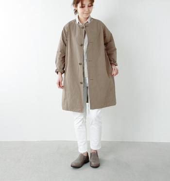 ゆったりとどこかやわらかな雰囲気のあるノーカラーコートとシャツをあわせたスタイリング。アースカラーの優しい色合いが秋に馴染みます。