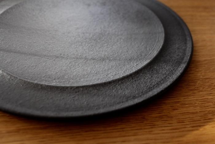 なんにでも使えるからと白いお皿ばかりをチョイスしていると、マンネリに感じることも。そんなとき、黒いお皿を一枚食卓に使ってみると、とたんに洗練された雰囲気がプラスされます。