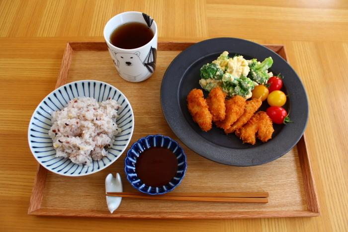 正統派のお食事にはやはり丸いプレートが使いやすいですね。シンプルな揚げ物に黒い器を合わせると、カラリと揚がった揚げ色がきれいに見えますよ。