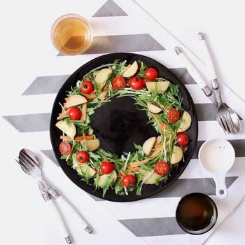 黒いプレートの真ん中をあけて、リース風にアレンジした水菜のサラダです。黒だと真ん中をあけたときにも見栄え良く仕上がります。