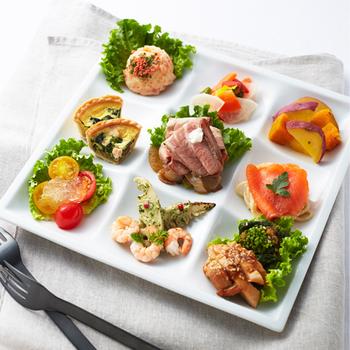 『RF1の選りすぐり30品目のサラダセット』  バラエティ豊かなサラダに、キッシュも入った選りすぐりセットです。