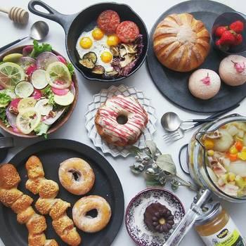 丸いプレートには丸いパンをのせて。たくさんの丸が重なって、幸せな食卓の雰囲気が出来上がりました。