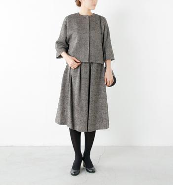 秋冬の時期なら、ツイードのセットアップもおすすめ。 コンパクトにまとめたトップスとふんわりミディアム丈のスカートでスタイルの良いママに♪
