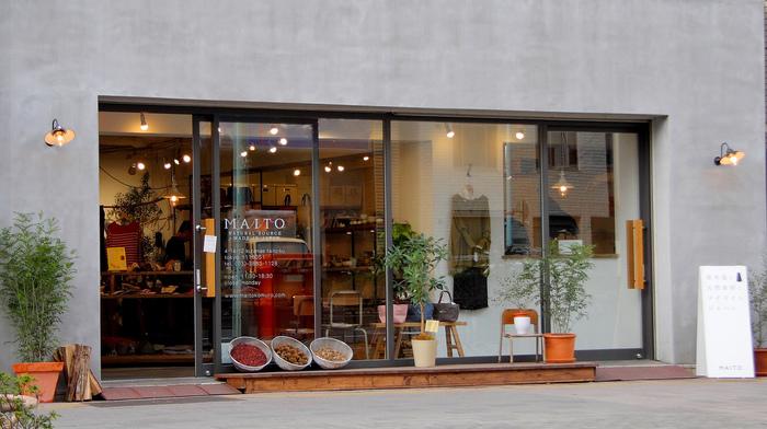 天然素材とメイドインジャパンをコンセプトとしたアパレルアイテムを取り扱うアトリエショップ。直営店である蔵前のショップには染色工房があり製作の様子を見ることができます。