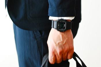 男性の腕にはちょうどいい大きさです。スーツなどのお仕事スタイルには、ブラックが洗練された印象です。