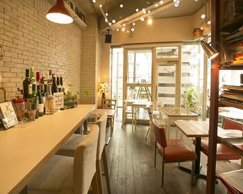 木目調の家具、革張りのチェアなどインテリアの参考にもしたい素敵な店内。
