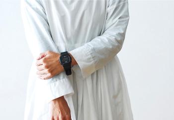 女性の腕には、やや大きめのサイズ。シンプルながら、どこかモダンな雰囲気が漂う時計がコーデのアクセントになっていますね。