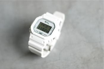 そんなエムエイチエルの中でも、毎年発売と同時に大好評を博しているのがこちらのGショックとコラボレーションした時計。絶対に壊れない時計を作るGショックの機能性と、エムエイチエルらしいシンプルで美しいデザインを兼ね備えた逸品です。