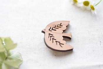 丸みをおびた可愛らしさの中に、まっすぐにつき進んでいくパワーを感じるトリのブローチ。木目を活かしたデザインは、1枚として同じものがないのも魅力。無地にも、柄ものにも馴染んでくれますよ。