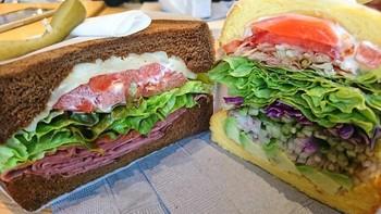 メニューは手持ちで頂けるサンドイッチがメイン。見て下さい!このボリューム。たっぷりの色鮮やかな野菜たちとハム。揃えられた美しさに、しばし眺めたり、写真を撮ったりする人も多いんです。