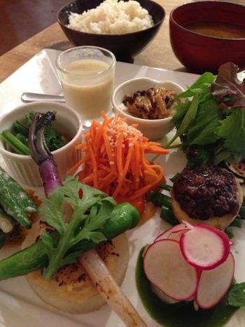 """ディナーの時間帯には""""自然栽培ディナープレート""""が人気。食材をふんだんに使ったプレートは、まるで料亭のお料理のように繊細で美しい!"""