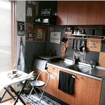 セリアの《ブラックタイル柄リメイクシート》をコンロスペースの壁面に貼って男前なキッチンにされています。かっこいいですね。