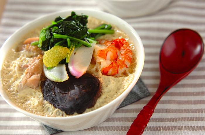 小田巻蒸しとは、うどん入りの茶碗蒸しのこと。消化もよく、栄養バランスの取れた大阪生まれのお料理。うどんをはじめ、卵、椎茸、海老、鶏肉、かまぼこなどが入り、これひとつでお食事になります。