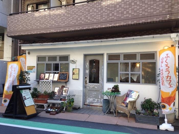 渋谷から少し歩いた神泉駅すぐ近くの「Cafe HOOTHOOT」。一見普通のカフェのようですが・・・